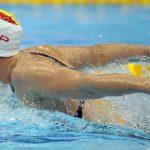 Nadador compitiendo y mejorando su resistencia física