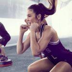 Grupo de body pump haciendo ejercicio en el gimnasio